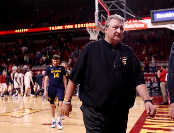 """Bob Huggins cree que es """"una tontería"""" dormir en Virginia Occidental esta temporada"""