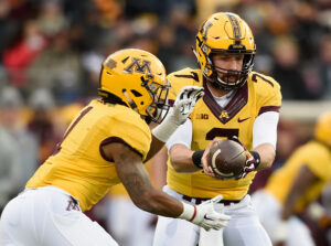 MINNEAPOLIS, MN - NOVEMBER 19: Mitch Leidner #7 of the Minnesota Golden Gophers hands off the ball to teammate Rodney Smith #1 during the first quarter of the game against the Northwestern Wildcats on November 19, 2016 at TCF Bank Stadium in Minneapolis, Minnesota. (Photo by Hannah Foslien/Getty Images)