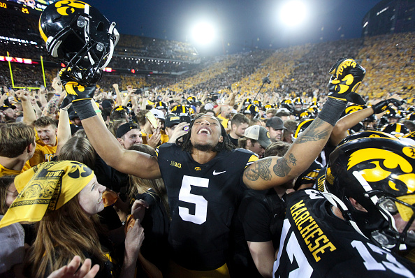 Iowa encabeza Penn State, Playoff a la vista