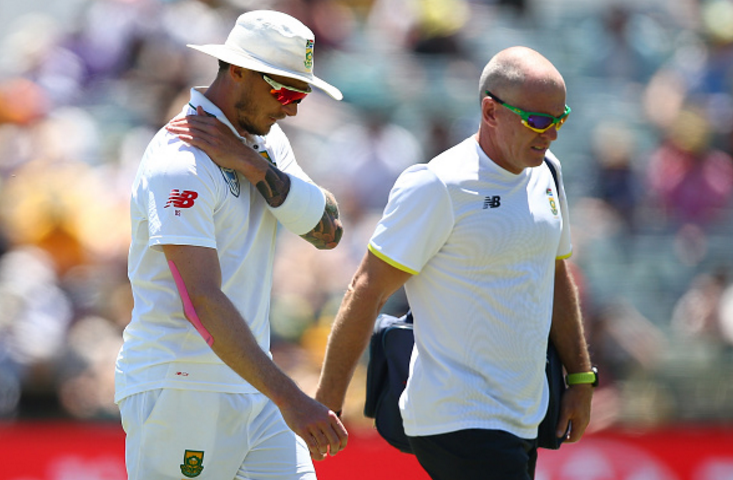PERTH, AUSTRALIA - NOVEMBER 04: Dale Steyn of South Africa walks from the field with the team physio after injuring his shoulder during day two of the First Test match between Australia and South Africa at the WACA on November 4, 2016 in Perth, Australia. (Photo by Paul Kane/Getty Images)