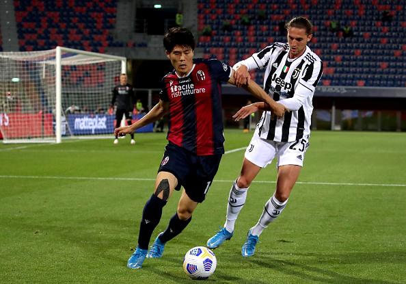 Takehiro Tomiyasu tackles Rabiot
