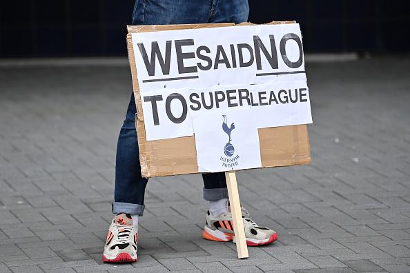 Los fanáticos del Tottenham Hotspur protestan por el accesorio de la NFL fuera del terreno