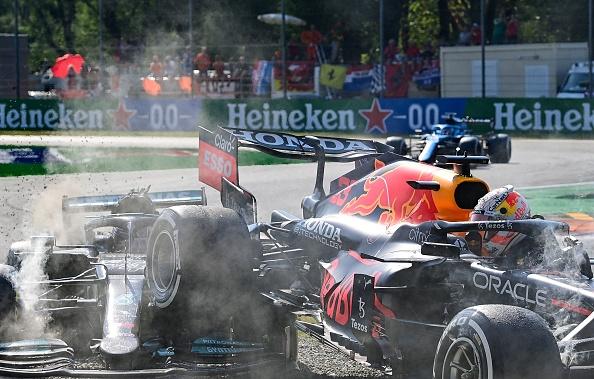 Max Verstappen penalizado, recibe críticas de Lewis Hamilton