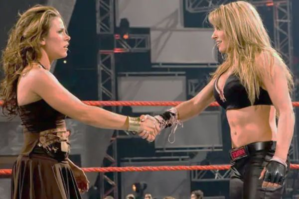 Trish Stratus vs Mickie James WWE