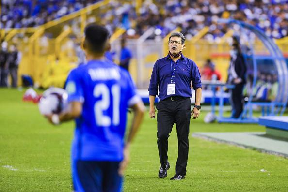 El Salvador head coach Hugo Perez gives instructions to his team at Estadio Cuscatlán