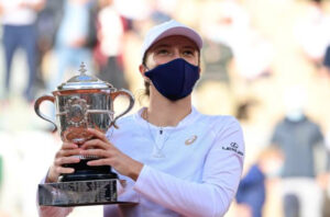 Iga Swiatek with the French Open trophy