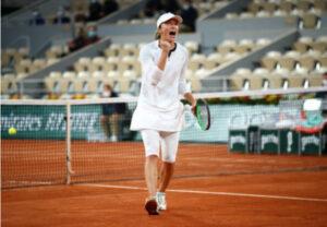 Iga Swiatek celebrates her victory over Simona Halep