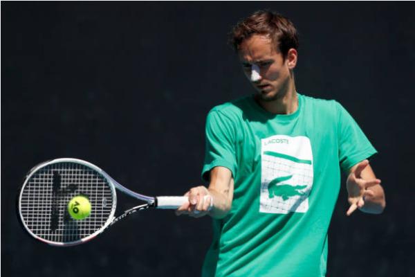 Daniil Medvedev prepares ahead of his semifinal vs Stefanos Tsitsipas
